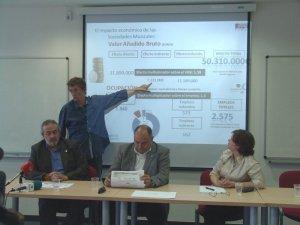 Pau Rausell, director del estudio, expone los datos del trabajo de la Universitat de València para la FSMCV. En la mesa, de izquierda a derecha, Pedro Rodriguez, vicepresidente de la FSMCV, Josep Francesc Almería, presidente de la FSMCV, y Julia Salom, directora del IIDL.
