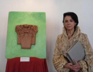 Carmen Navarro posa ante su obra: un capitel que evoca el quehacer artístico del círculo