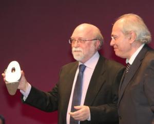 José María Valls rep la Peladilla d'Or de mans de Ramon Climent, dircetor del periòdic CIudad 12-03-14
