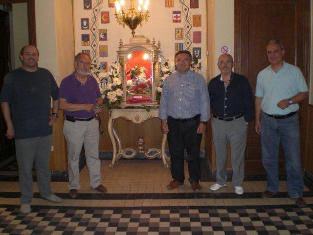 El president i vicari de l'Associació de Sant Jordi visiten el CIM Apolo amb ocassió de la dinà de la Filà Abencerratges. 16-6-2012