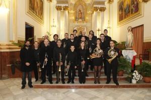"""2012-12-16, Beneixama. Secció de metalls de la SM """"La Pau"""" amb mons. Carles Osoro, al finalitzar la missa de clausura del bicentenari del Cardenal Payà."""