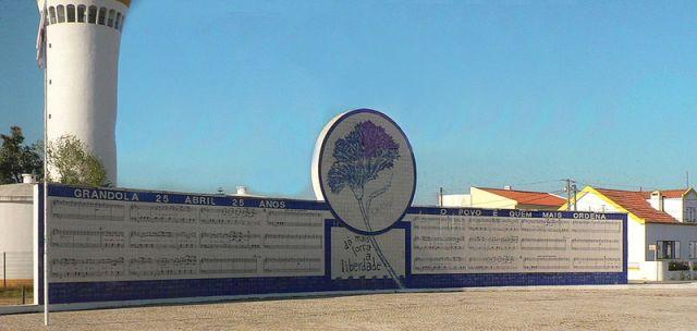 """Mural en Grândola amb la partitura de """"Grandola Vila Morena"""" de Paulo Juntas @ wikimedia.org"""