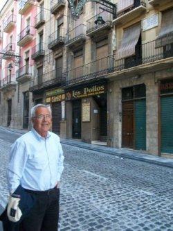 Miguel Payá davant la casa dels seus avantpassats, primer domicili de La Primitiva