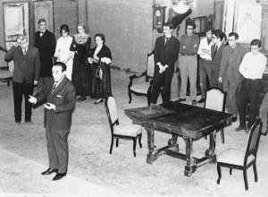 """El 1965, celebrant l'X aniversari de La Cazuela i després de la representació de """"La Metamorfosis"""" de Kafka, el director Moisés Hidalgo agraeix al públic el seu suport"""