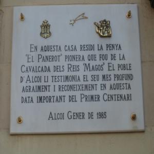 """Placa ubicada a la seu de L'Unió Alcoiana en la Plaça d'espanya dedicada a la Penya """"El Panerot"""", que van crear l'acte de la Cavalcada i la van organitzar fins 1913"""