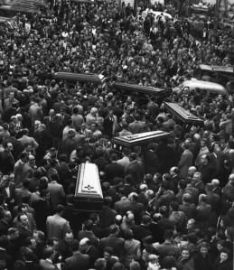 """Funeral por las víctimas del accidente del autobús Alcoi-Valencia acaecido el 25 de Abril de 1955 a las que Amando Blanquer dedicó su """"Alcoy llora"""""""