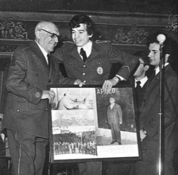 Los alumnos hacen entrega de una fotografía conmemorativa a Mora Carbonell