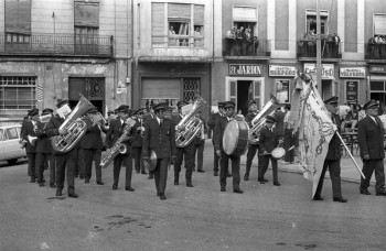 Pasacalle presentación uniformes en 1973 con Mora carbonell al frente (Foto: Carlos Coloma. Archivo: Fototeca Municipal)