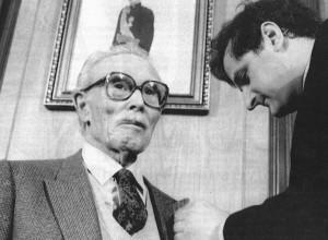 Siendo alcalde José Sanus, recibía Juan Gil-Albert la Medalla de Oro y el nombramiento de Hijo Predilecto de Alcoy un 13 de abril de 1983