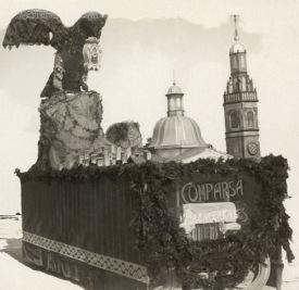 """Les ales del """"pardalot"""" que apareixen en el blasó heràldic d'Alcoi, també han estat font d'inspiració per a les Festes de Moros i Cristians. Aquesta carrossa va aparèixer en la Retreta de 1921 amb la Filà Abencerrajes"""