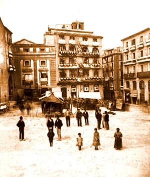 La Plaça del Carmen on veiem la façana del teatre a mà esquerra (Foto: J. Asorí, 1876)