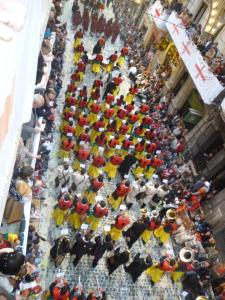 La Unió Musical d'Alcoi acompanyant a l'Alfereç de la Filà Llana al 2013 (Foto: Arxiu)