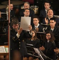 """Ferrando mostra amb orgull el guió de """"A Don Camilo"""" de Terol Botella el passat 15 de gener al concert d'Alacant"""