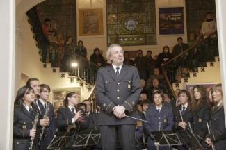 29-12-2006: En el transcurs del darrer concert dirigit per Gregorio Casasempere es demanava un minut de silenci per la mort del cofundador de La Cazuela, Mario Silvestre Pons