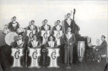 En 1952, a la derecha al piano con la Orquesta Clippers