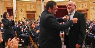 Valls Satorres recibe la Insignia de Oro de la Societat Musica Nova de manos de su presidente J. Antonio Llinares (Foto: Información)
