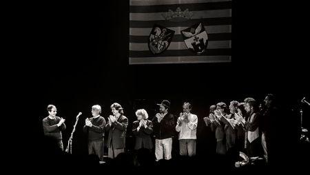 L'últim vals d'Ovidi Montllor el 30 de novembre de 1994 al Teatre Calderón rodejat dels seus amics en aquesta despedida de la vida (Foto: Xavi Terol)