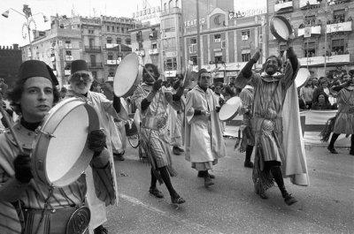 "Rafa Miró, Mario Silvestre, Antonio Calvo i Gregorio Casasempere a l'Entrà dels Moros de 1980 (Foto: Paco Grau. Llibre ""Un blanc i negre ple de colors"")"