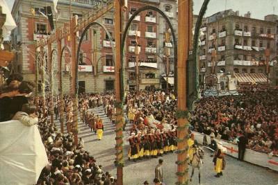 Blanquer con La Primitiva de Llíria interpreta L'Ambaixador acompañando a la LLana en la Entrada de 1959 (Foto cedida por José María Valls)