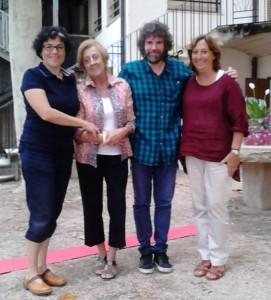 Montserrat Martí i la seua filla juntament a la presidenta Cristina Gisbert i el director Àngel Lluís Ferrando als jardins d'Apolo