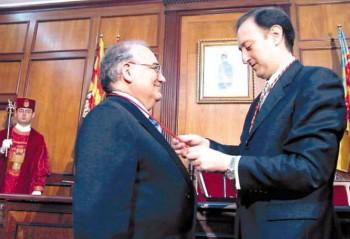 Blanquer rep la Medalla d'Or de mans dels llavors alcalde Miguel Peralta el 4 de març de 2001