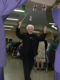 Consuelo Colomer Francés (Alcoi, 1930-Creixell, 2016) en el ensayo del Himno de Fiestas en 2008 con La Primitiva (Foto: María Cabanes)