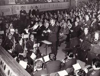 Albero Francés dirigiendo la Banda Municipal de Sevilla en el teatro Lope de Vega en 1978