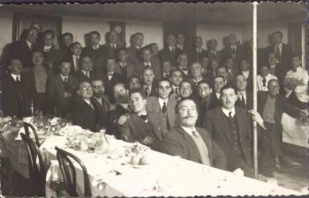 Homenatge a Gonzalo Blanes en 1944. Joan Valls apareix assenyalat amb una fletxa roja i Blanes amb els ulls tancats al centre de la foto (Fototeca Arxiu Municipal d'Alcoi)