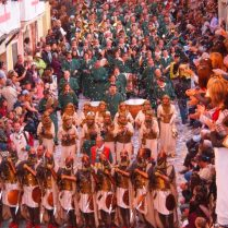 Acompañando a la Escuadra de Negros de la Filà Verds (Foto: Dulce Santonja)